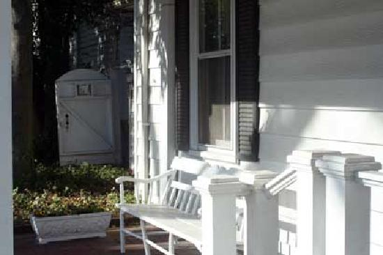 Elizabeth City Bed and Breakfast: Relaxing bench in front on the quaint cobblestone street