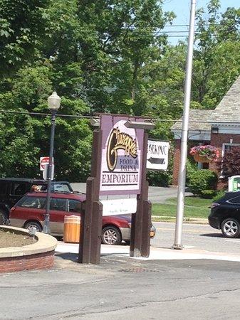 Guiseppe's Restaurant: Sign between both restaurants