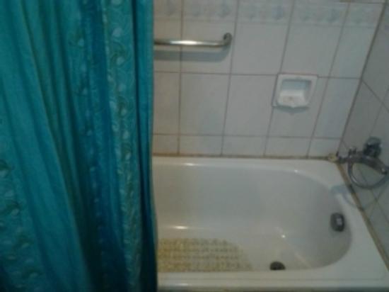 Golden Peak Hotel & Suites Cebu: small bathtub