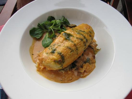 Les Lyonnais Celestins: Pike Quenelles (fish dumpling) - ooh so yummy!