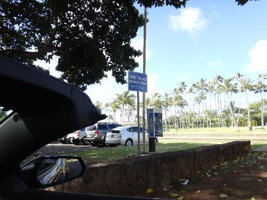 Kahala Beach: 駐車場入り口です