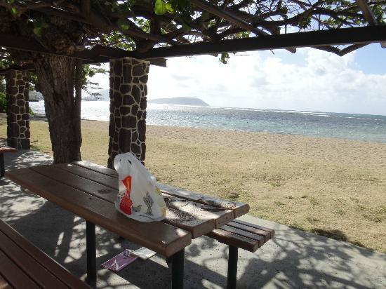 Kahala Beach: 海側にテーブルが4箇所あります