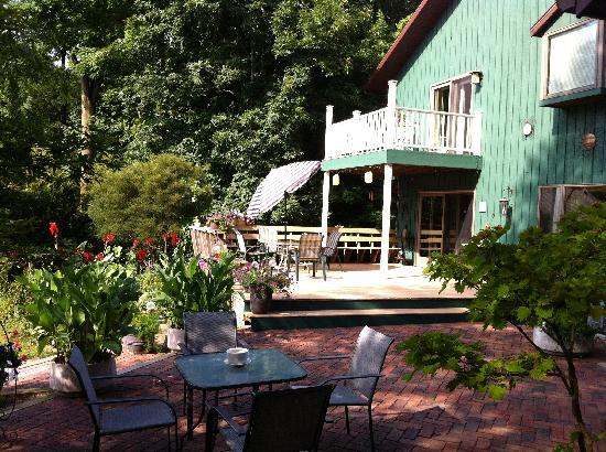Dove Nest Bed and Breakfast : breakfast patio