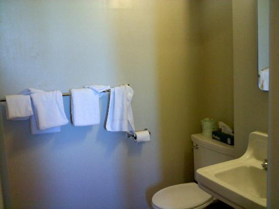 Hotel St. Michael: Our bathroom. If you are picky about adult-sized towels you might wanna pack'em. =)