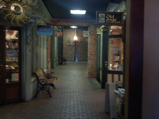 Hotel St. Michael: Lobby stores