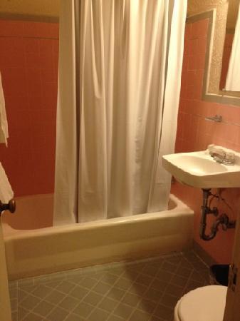 Bel-Mateo Motel : bathroom
