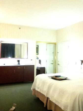 Hampton Inn by Hilton Ottawa: The kitchenette & closet