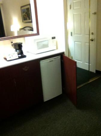 Hampton Inn by Hilton Ottawa: Kitchenette (bar fridge, microwave & coffee maker)