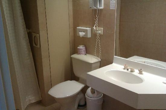 Quality Hotel Ambassador Perth: Bathroom