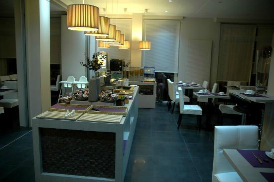 Best Western Hotel Plaisance : La salle de petit déjeuner photographiée le soir, très belle et toute moderne.