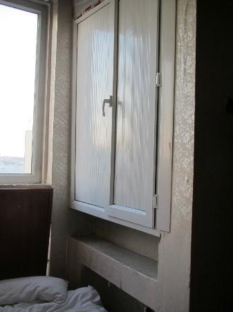 Historical Preferred Hotel Old City: Der Aufzugsschacht direkt neben dem Bett!