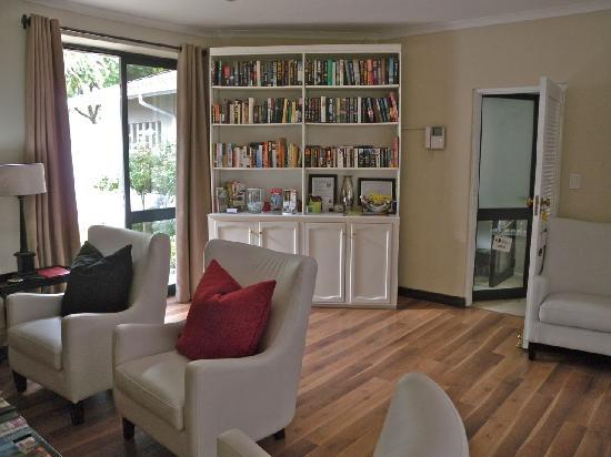 Rosebank Lodge Guest House: Library