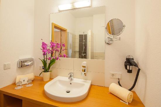 Badezimmer - Bild von Moin Hotel Cuxhaven, Cuxhaven - TripAdvisor