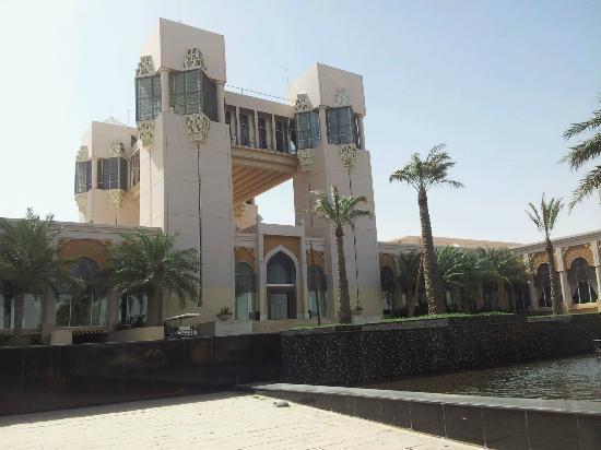 Al Areen Palace & Spa: Main Entrance
