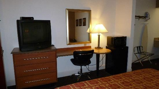 Red Roof Inn San Dimas - Fairplex: Work Desk, Microwave, Fridge, & T.V.