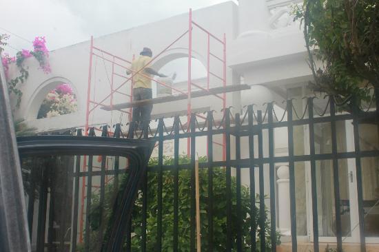 Hotel Casa Harb : trabajos de pintura en horas de descanso en la piscina