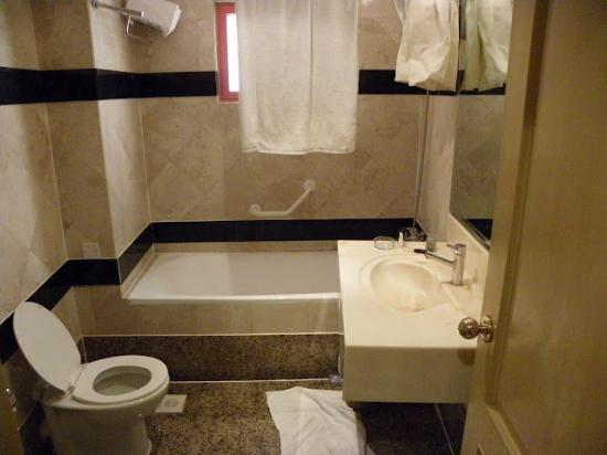 Days Hotel Manama: Bathroom