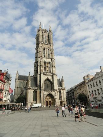 Ibis Gent Centrum St-Baafs Kathedraal: Hotel is to the right of St. Baaf's Cathedral