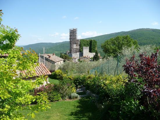 Agriturismo Rocca di Pierle: Blick aus dem Gartenbereich auf das Castel