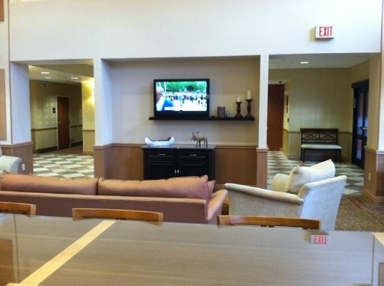 Hampton Inn & Suites Plattsburgh: looking out to lobby from breakfast
