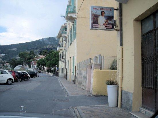 Ospedaletti, Italien: Lungomare, rechts in der Gasse liegt das Restaurant