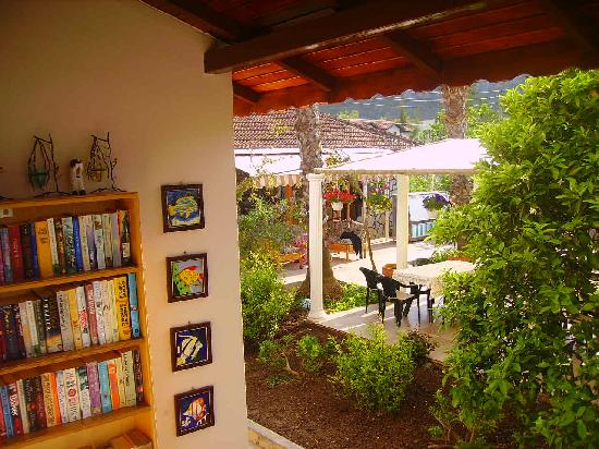 Mehtap Hotel Dalyan: a small library for you
