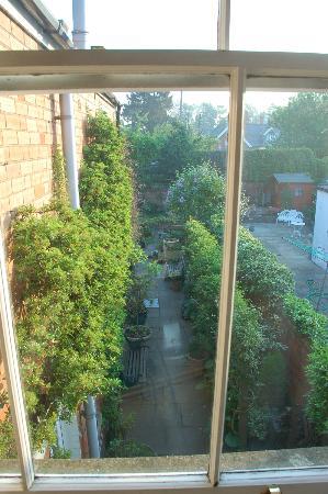 Garth House: 2階のゲストルームから中庭を眺める