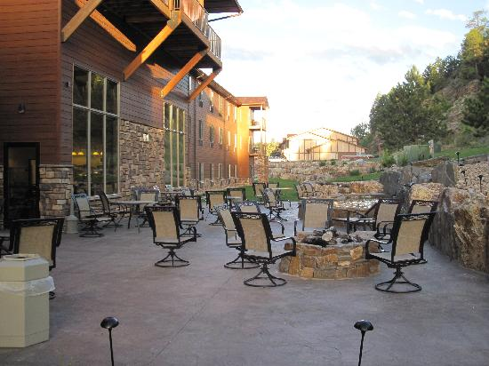 Holiday Inn Express Custer: Outside Sitting Area