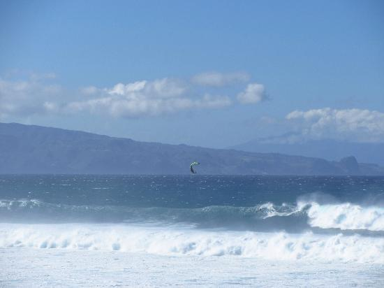 Paia, Havaí: Can you spot the windsurfer?