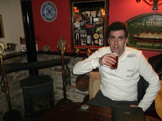 Ye Olde Cheshire Cheese Inn: Me,enjoying a pint of beer.