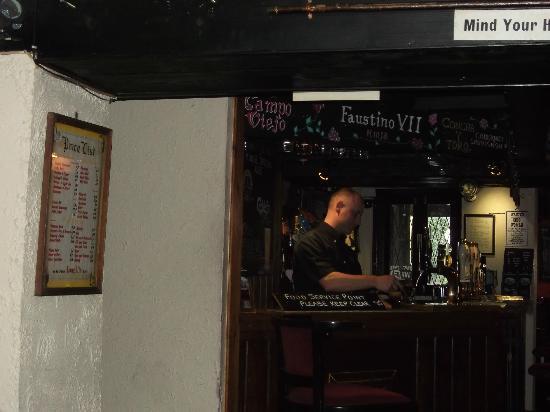Ye Olde Cheshire Cheese Inn: Owner/barman.