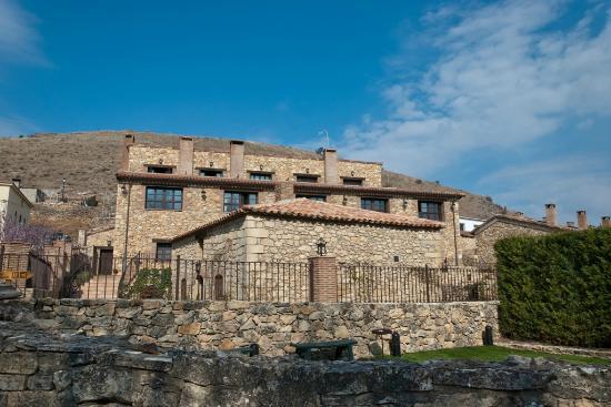 Hotel Rural Los Anades: Spa delante y edificio principal detrás