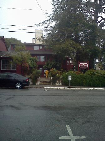 Homestead Inn: From across the street