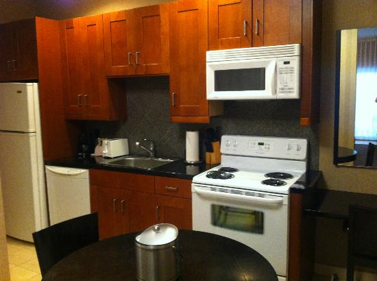7 Springs Inn & Suites: kitchen