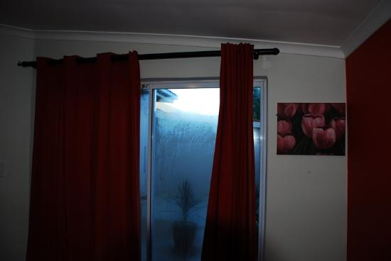 Gemini Guest House: Curtain does not cover window on the right