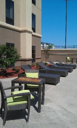 Hampton Inn West Monroe: Patio furniture to the left side of the pool when you enter the pool area.