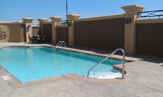 Hampton Inn West Monroe: Pool and patio furniture.