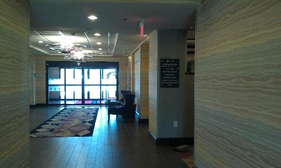 Hampton Inn West Monroe: Backside of lobby coming back inside from the pool area.