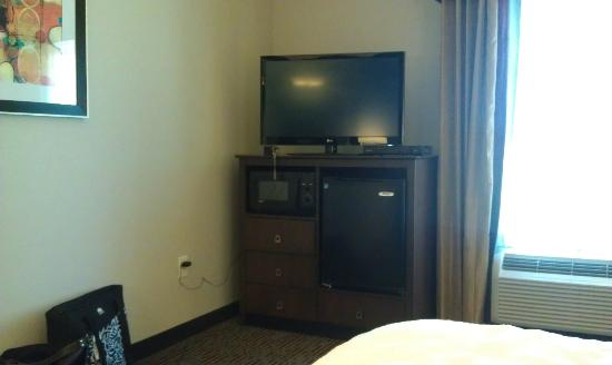 Hampton Inn West Monroe: TV, mircowave, refrigerator, 3 chest of drawers. (view from bed)