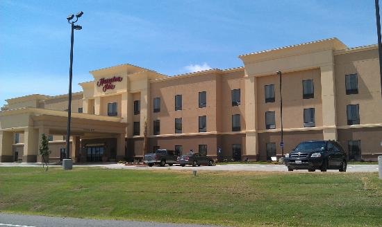 Hampton Inn West Monroe : View of hotel from road out front.