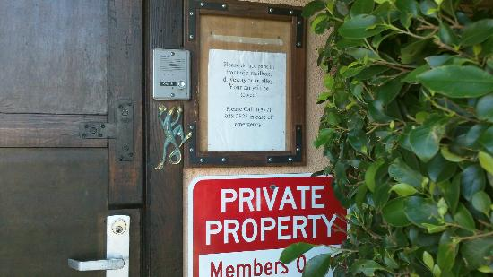Desert Hot Springs, CA: The famous doorbell--go ahead and ring it!