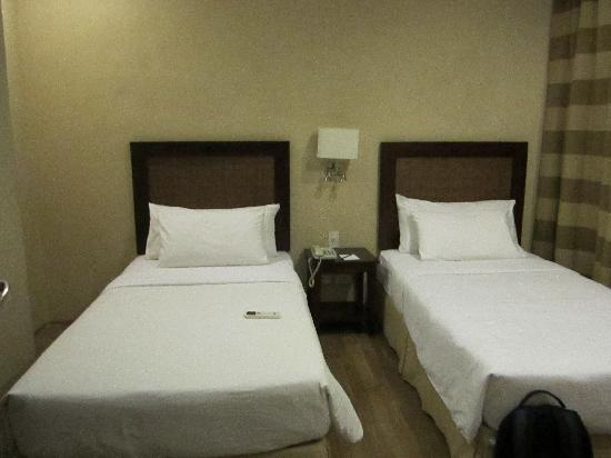 Summit Ridge Tagaytay: Twin beds in one of the rooms (suite)