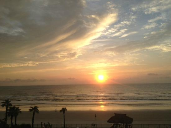 Hawaiian Inn: sunrise view from room
