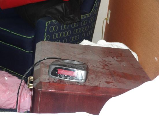 Fairfield Inn Amesbury: dust on nightstand upon arrival (we had moved the alarm clock from the other side to charge phon