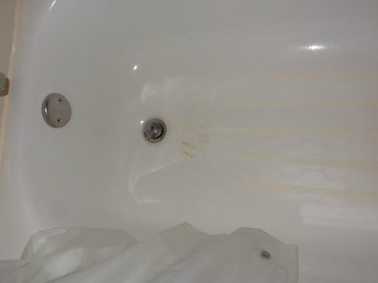 Fairfield Inn Amesbury: Rust in tub after scrubbing for 10 minutes with soap and washcloth. Looked a lot like blood at f