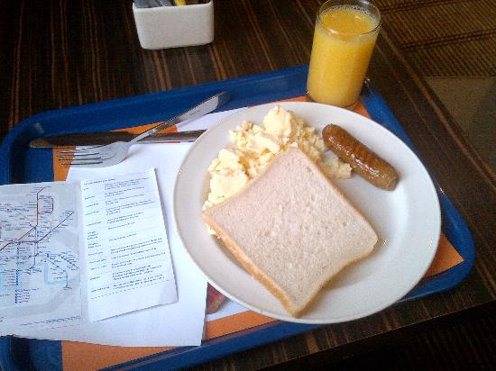 Holiday Inn Express London - Park Royal: plus fantastic breakfast - i was on a diet :)