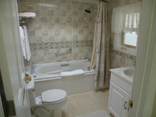 Boreas Bed and Breakfast Inn: Dunes sunken bathroom with a jetted tub....