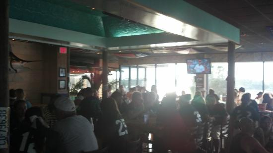 Shaggy's Waterfront Bar & Grill: People lookin' happy at Shaggy's!