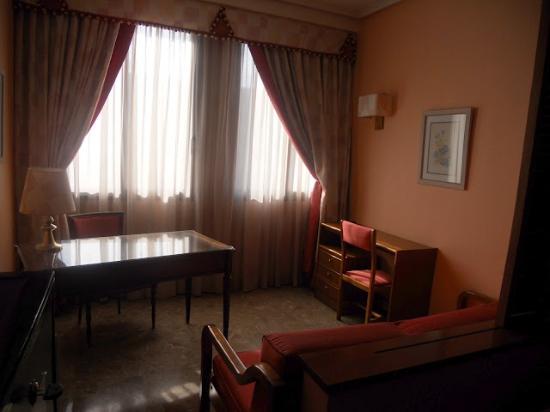Foxa 32 Suites: Zona tipo despacho que ni pisamos. Nos sobraba habitación.