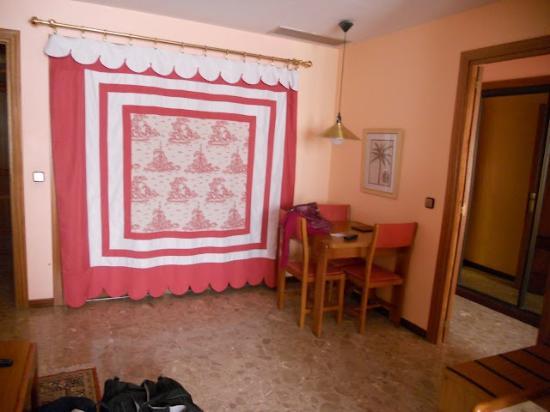 Foxa 32 Suites: Habitación (cocina inutilizada tapada con el estore)